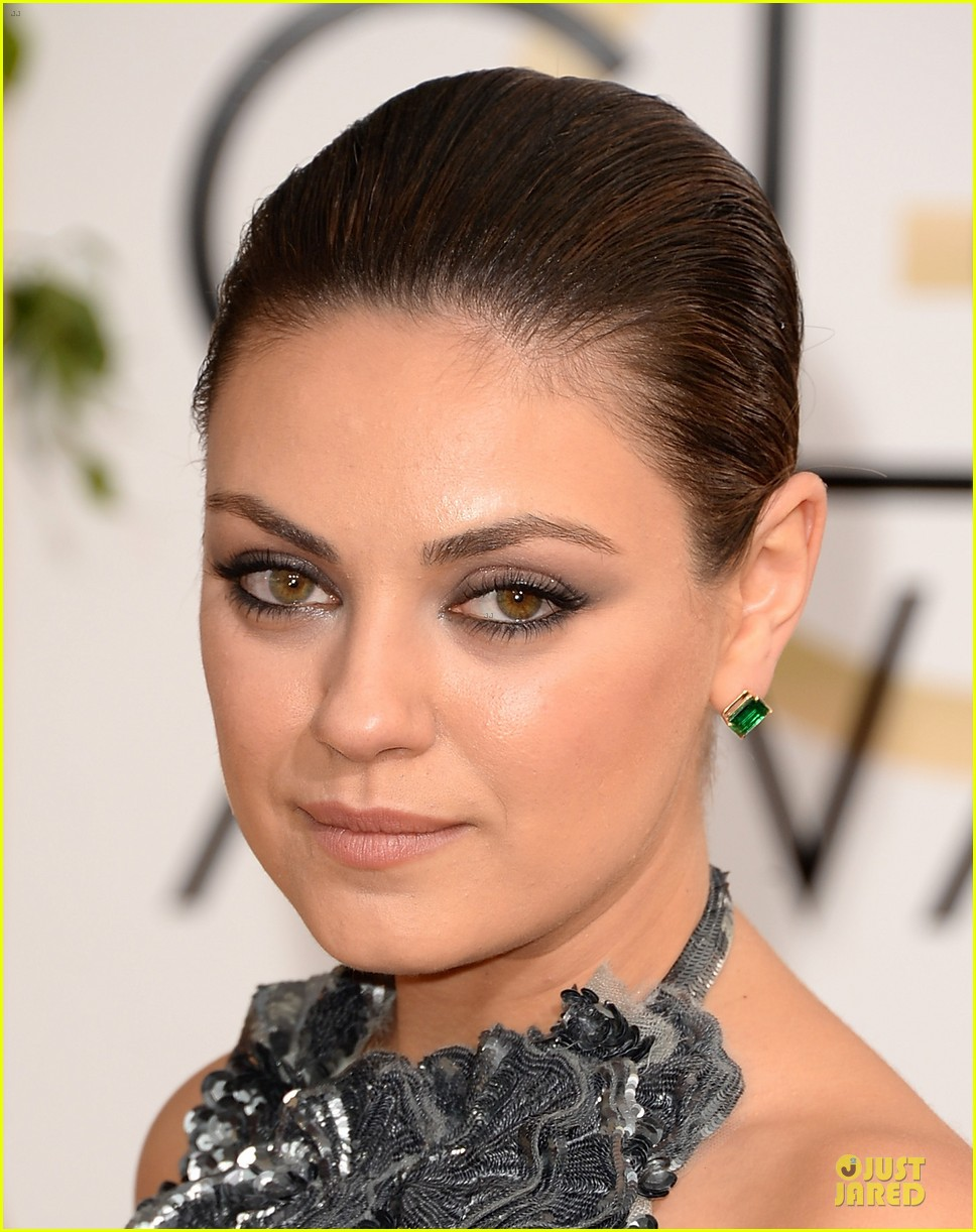 mila kunis golden globes 2014 red carpet 073029345