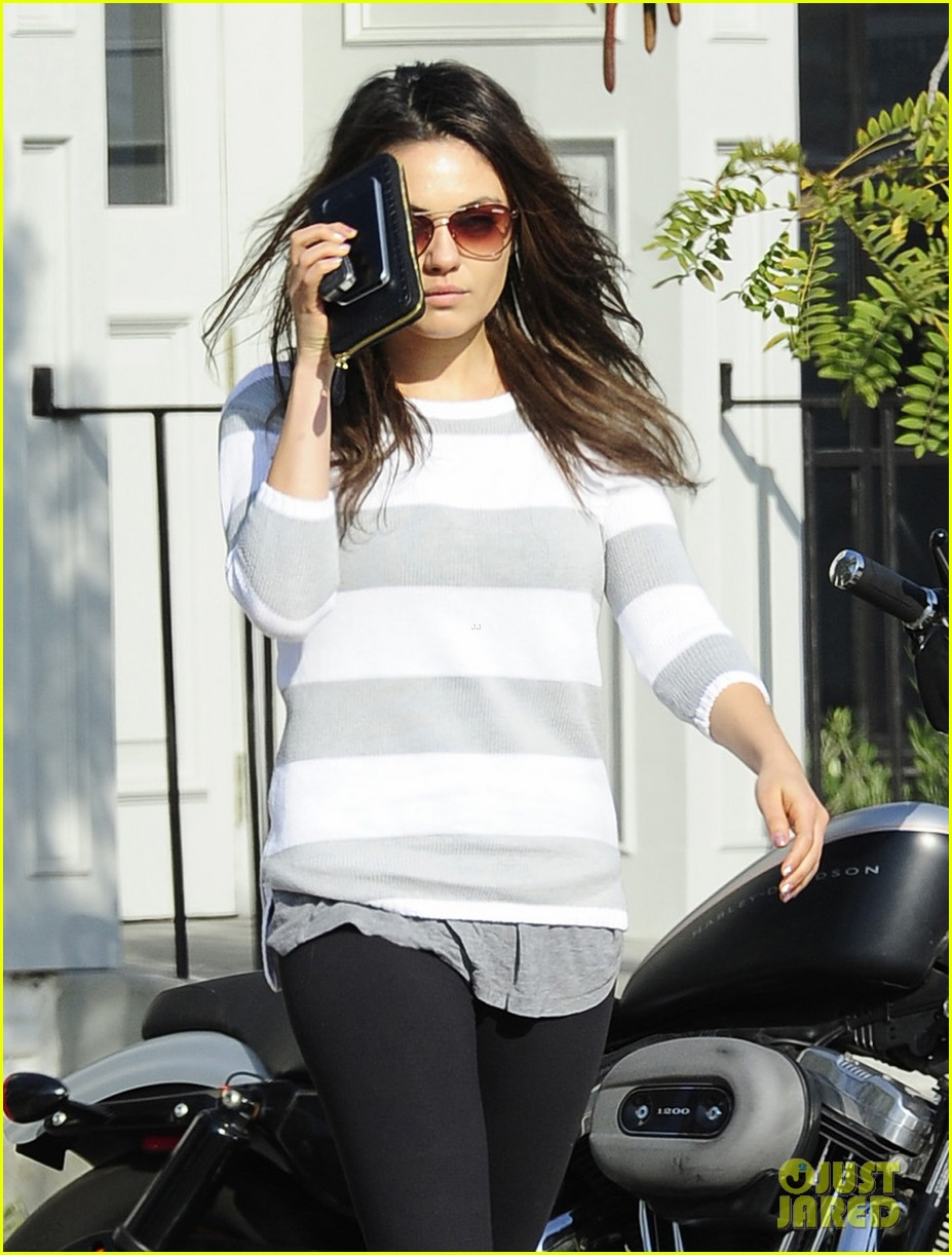 mila kunis hides her face after parking ticket blues 04