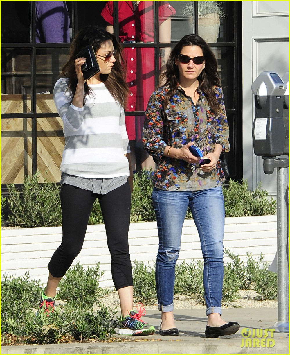 mila kunis hides her face after parking ticket blues 053039296