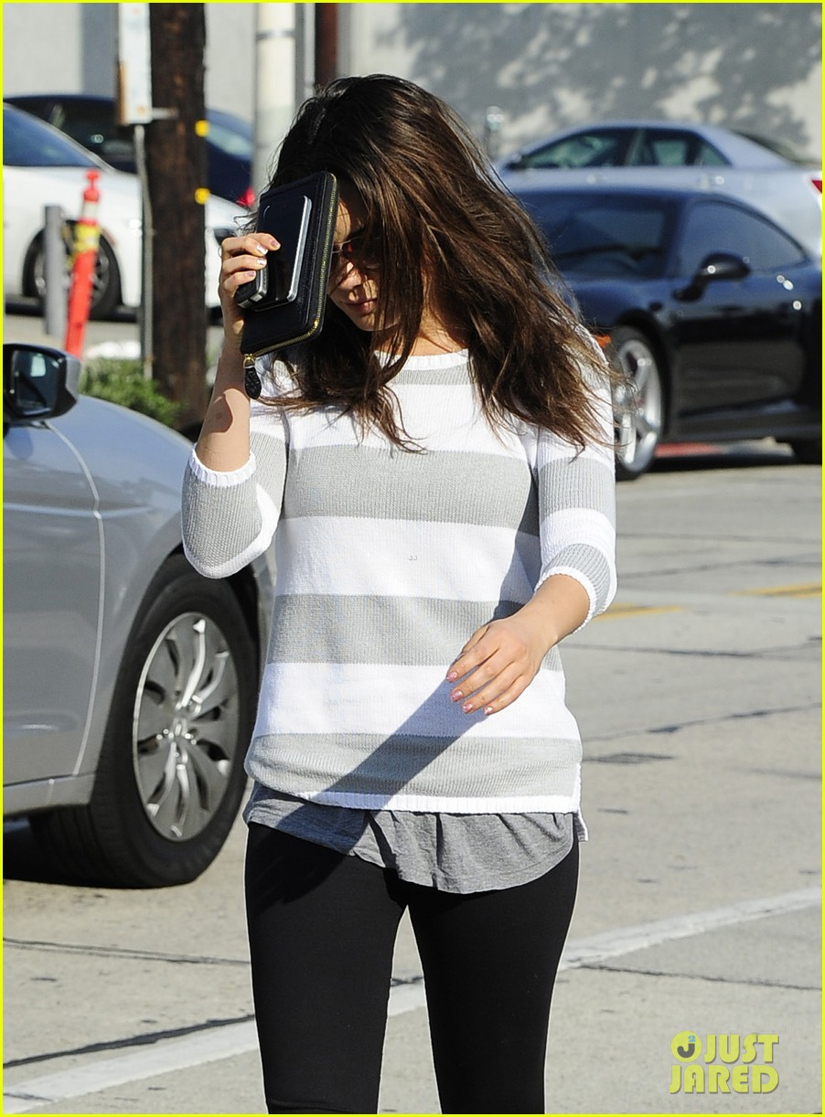 mila kunis hides her face after parking ticket blues 16