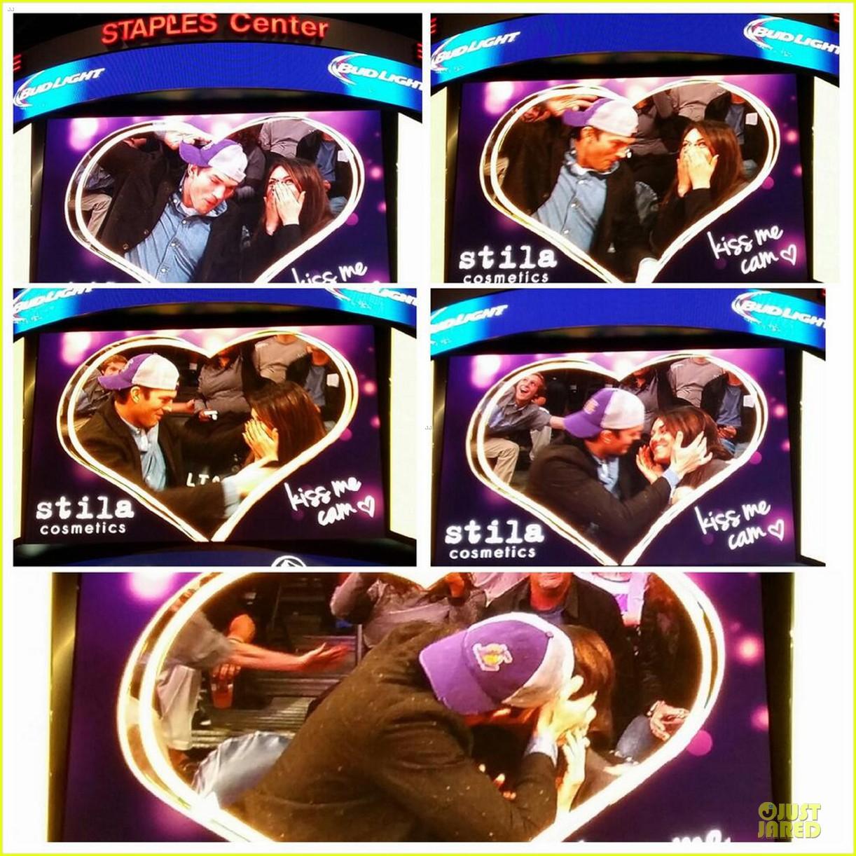 ashton kutcher mila kunis kiss on lakers kiss cam 043022452