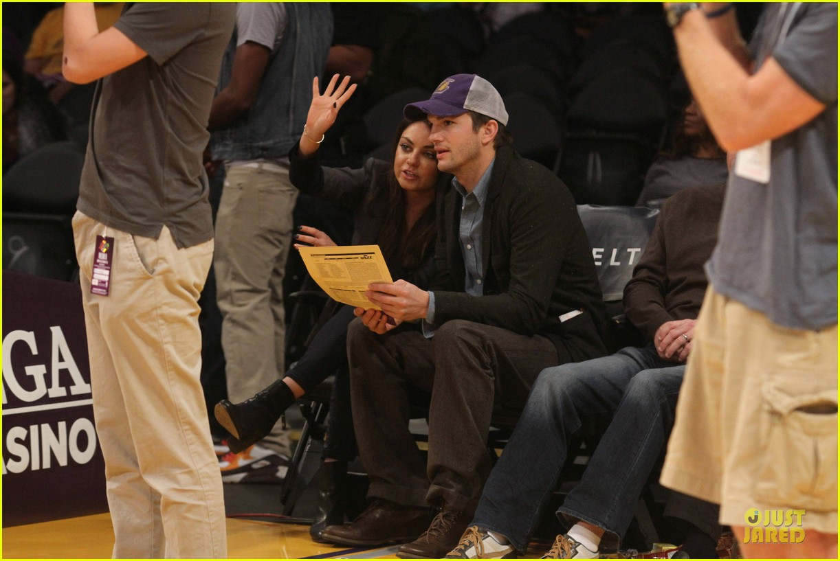 ashton kutcher mila kunis kiss on lakers kiss cam 05