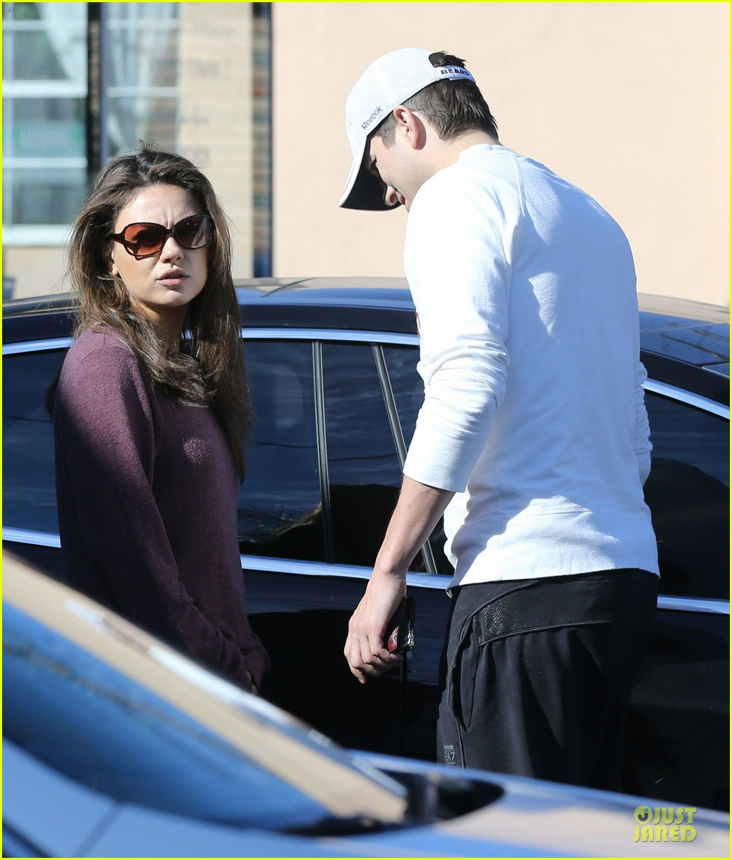 ashton kutcher mila kunis nail salon weekend pair 093034521