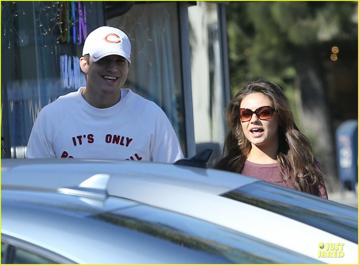 ashton kutcher mila kunis nail salon weekend pair 103034522