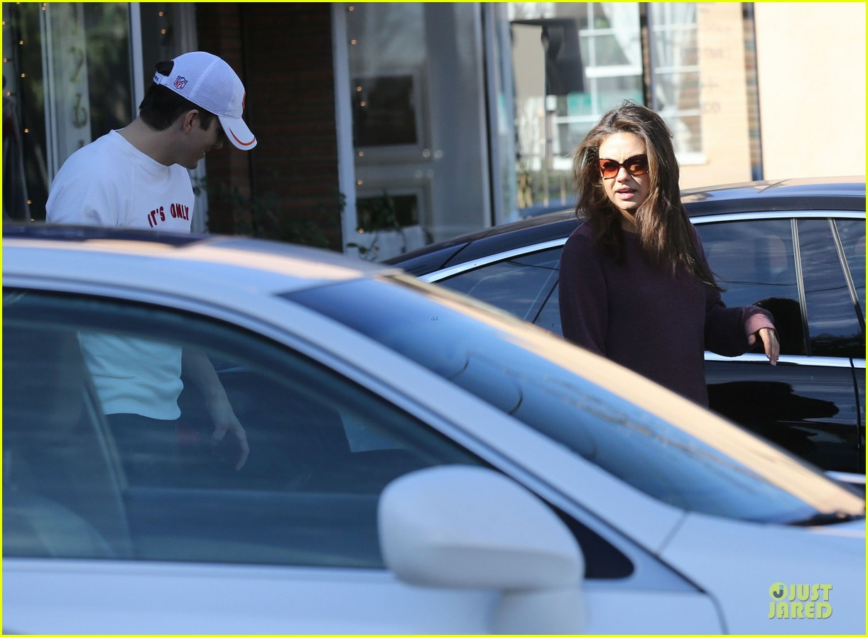 ashton kutcher mila kunis nail salon weekend pair 153034527