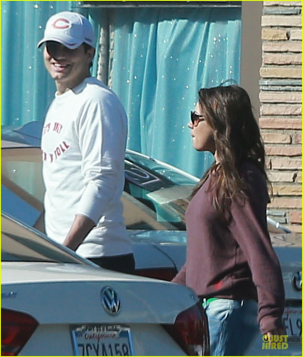 ashton kutcher mila kunis nail salon weekend pair 183034530