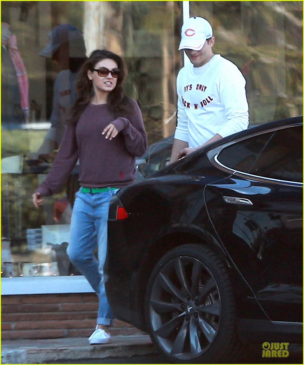 ashton kutcher mila kunis nail salon weekend pair 223034534