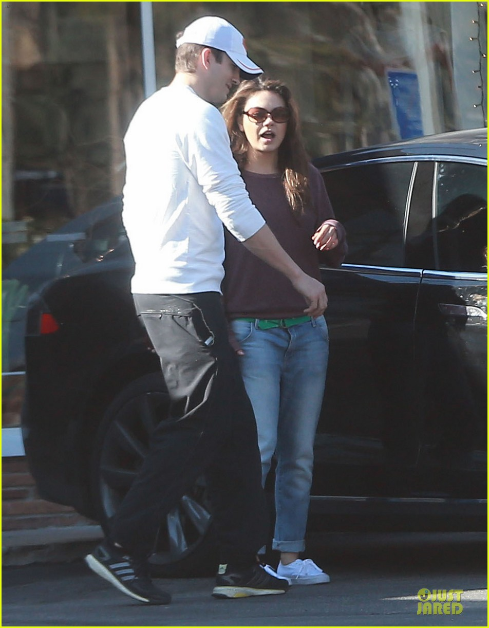 ashton kutcher mila kunis nail salon weekend pair 243034536