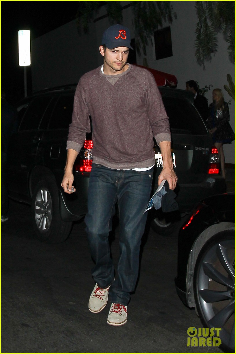 ashton kutcher tips valet after dinner with mila kunis 013037820