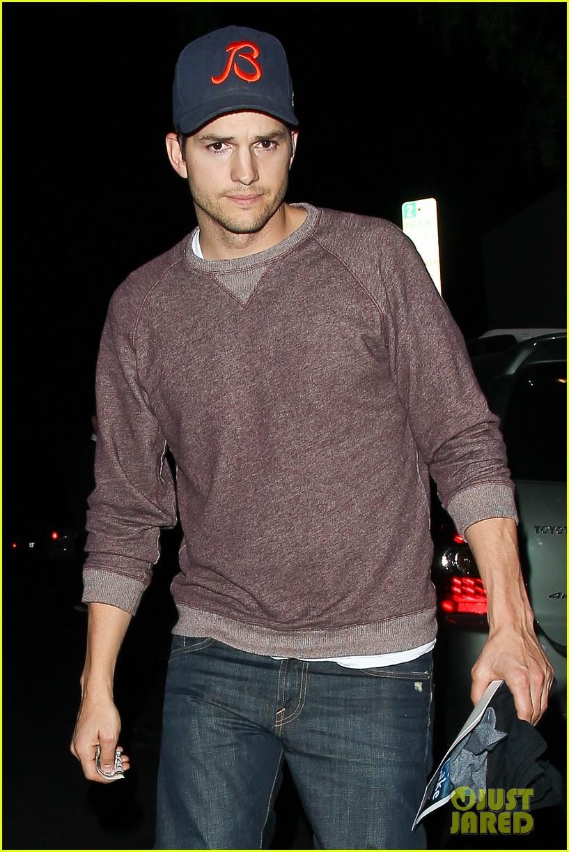ashton kutcher tips valet after dinner with mila kunis 04