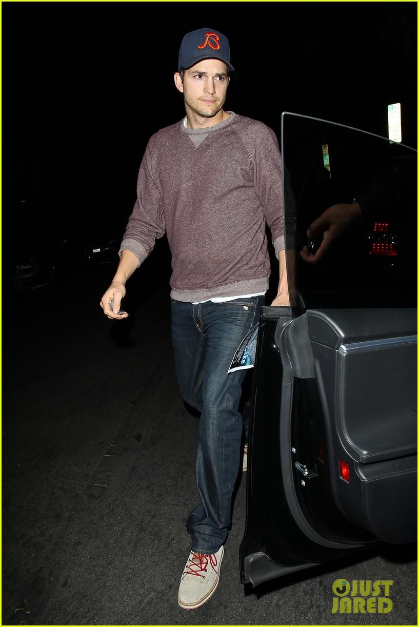 ashton kutcher tips valet after dinner with mila kunis 073037826