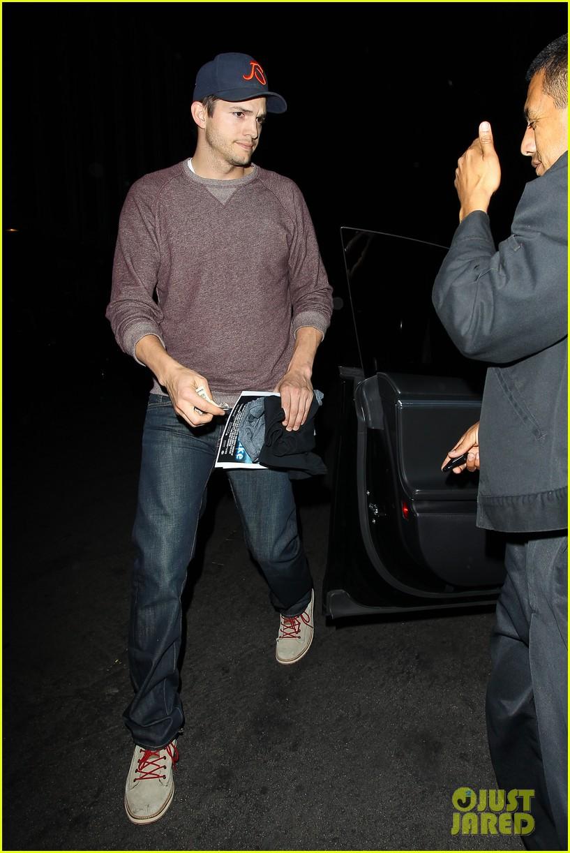 ashton kutcher tips valet after dinner with mila kunis 093037828