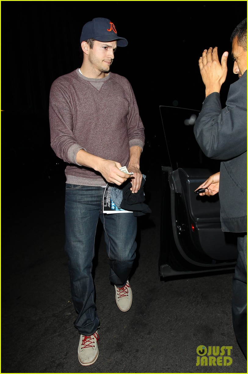 ashton kutcher tips valet after dinner with mila kunis 10