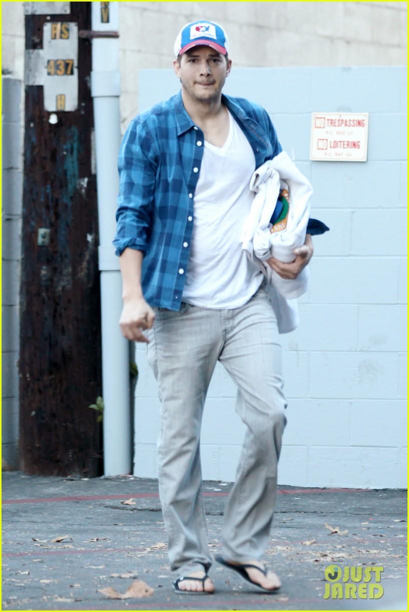 ashton kutcher invests in laundry app washio 163033458