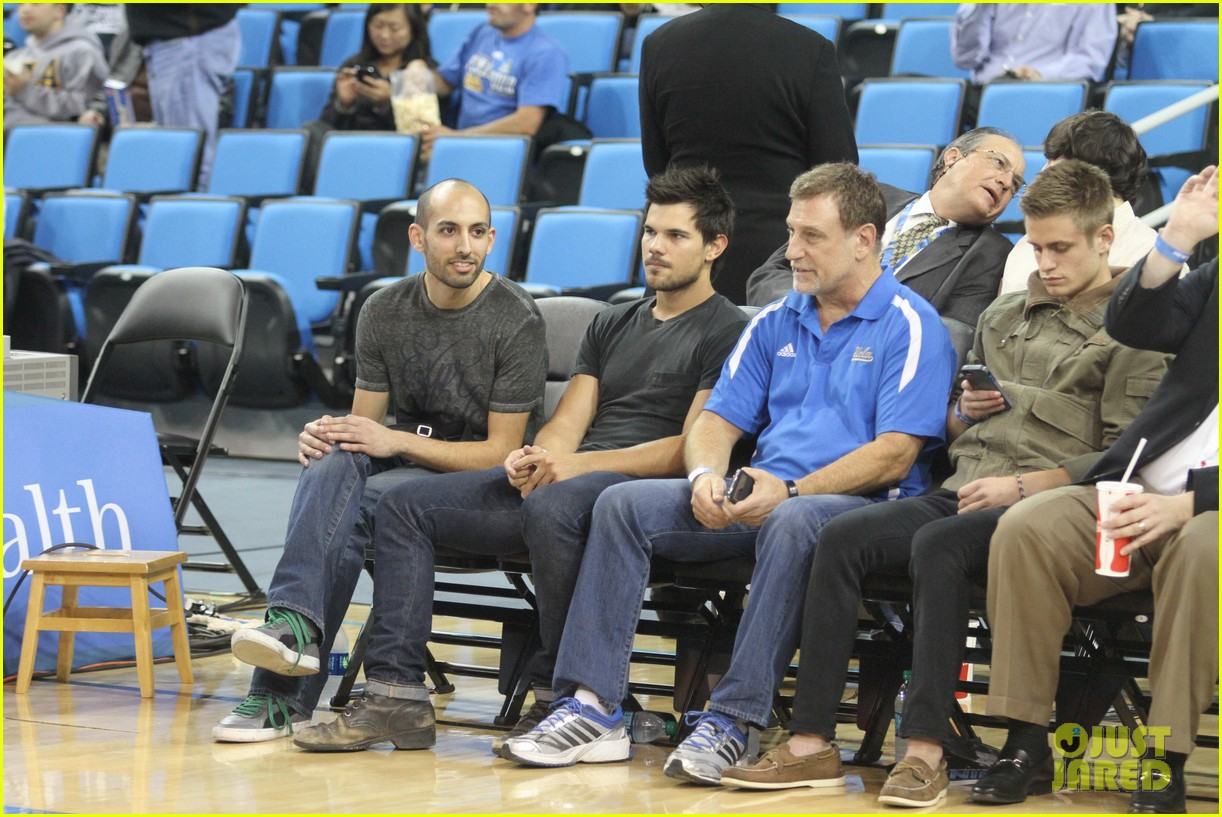 taylor lautner cheers on ucla at basketball game 013039195