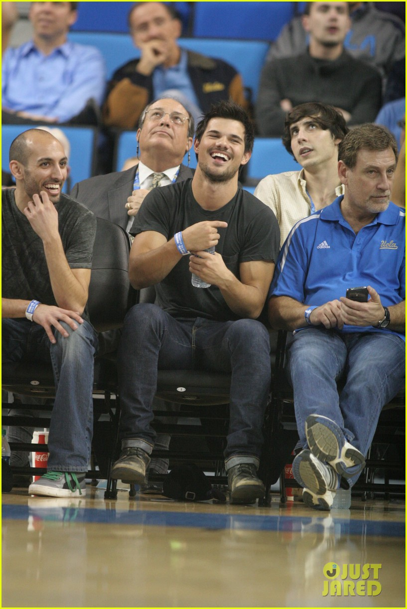 taylor lautner cheers on ucla at basketball game 023039196