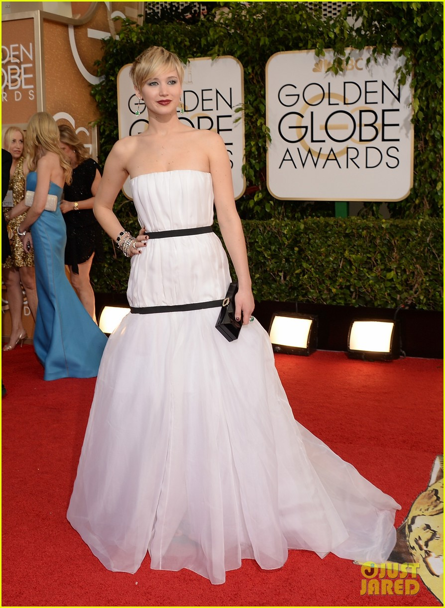 jennifer lawrence photobombs taylor swift at golden globes 013029687
