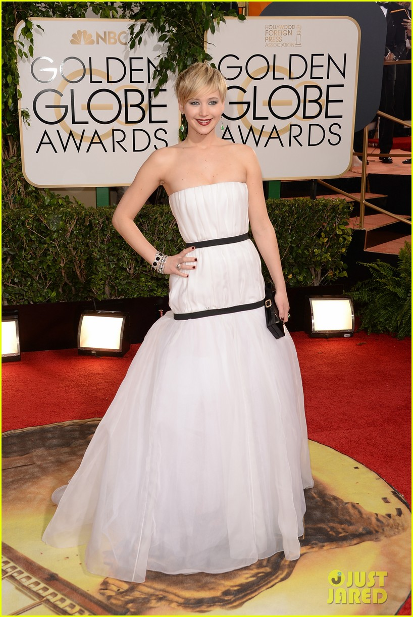 jennifer lawrence photobombs taylor swift at golden globes 033029689