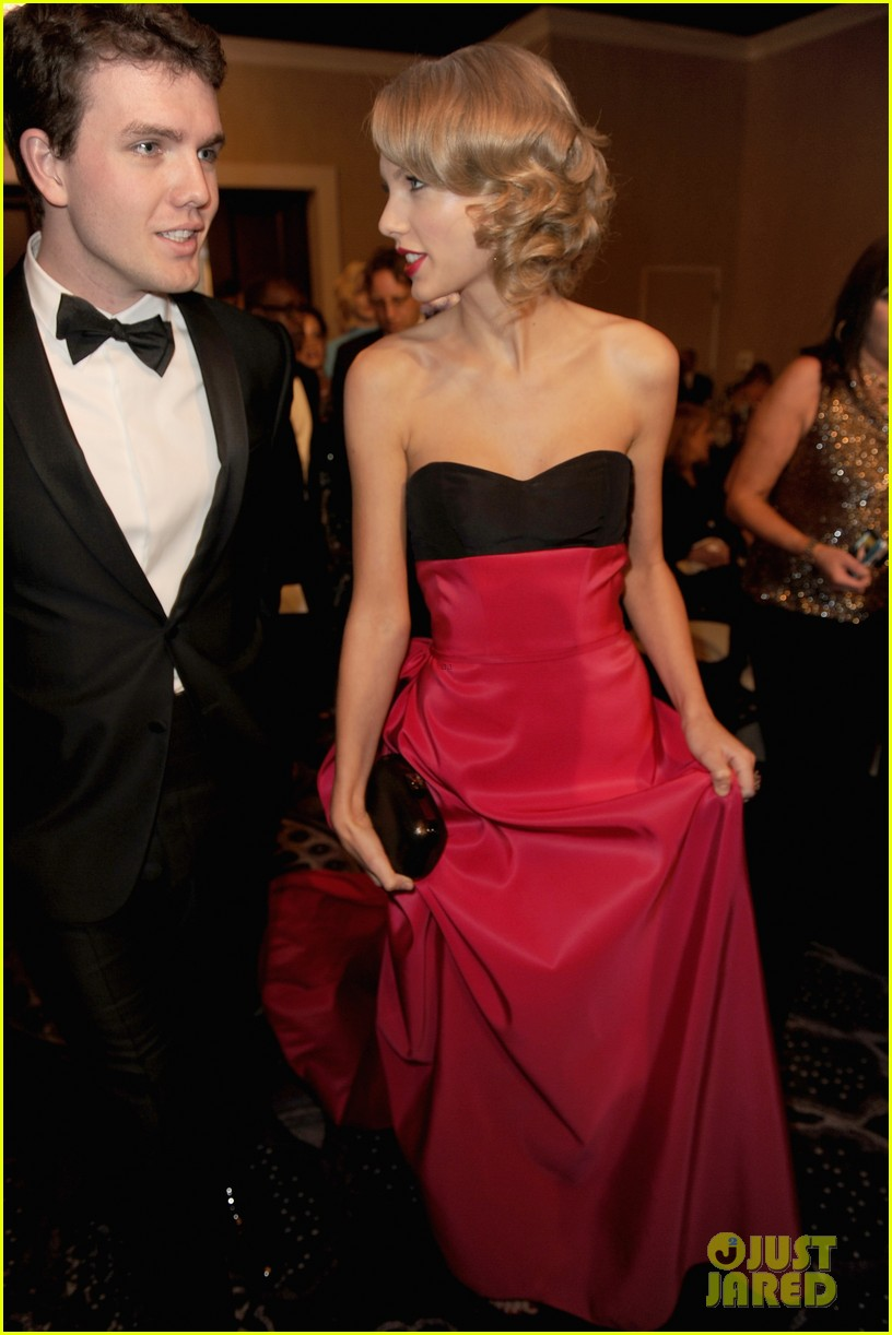 jennifer lawrence photobombs taylor swift at golden globes 043029690