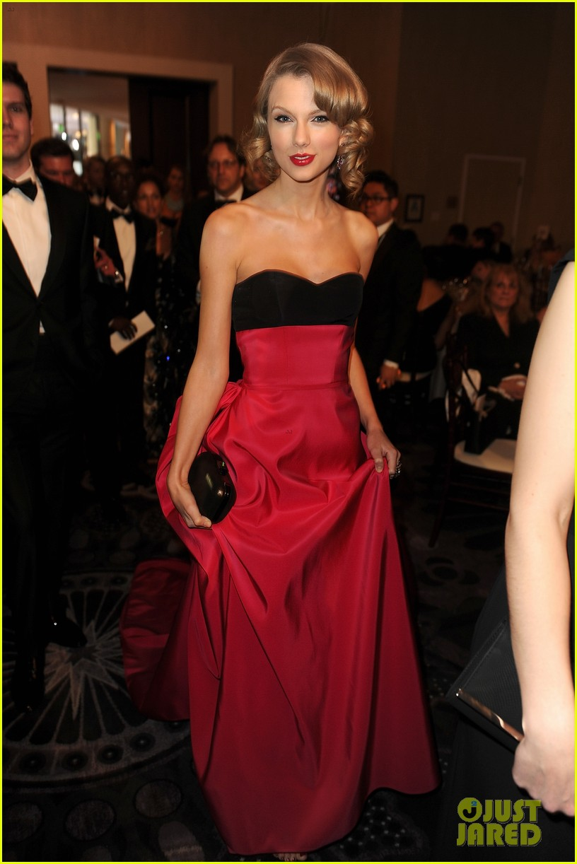 jennifer lawrence photobombs taylor swift at golden globes 053029691
