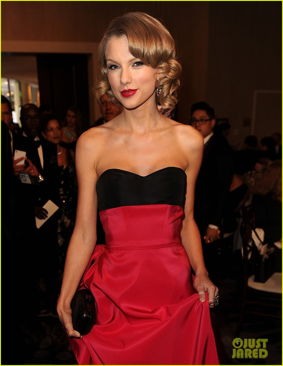 jennifer lawrence photobombs taylor swift at golden globes 083029694