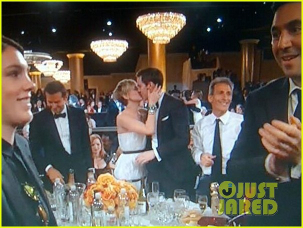 jennifer lawrence kisses nicholas hoult at golden globes 2014 033029659