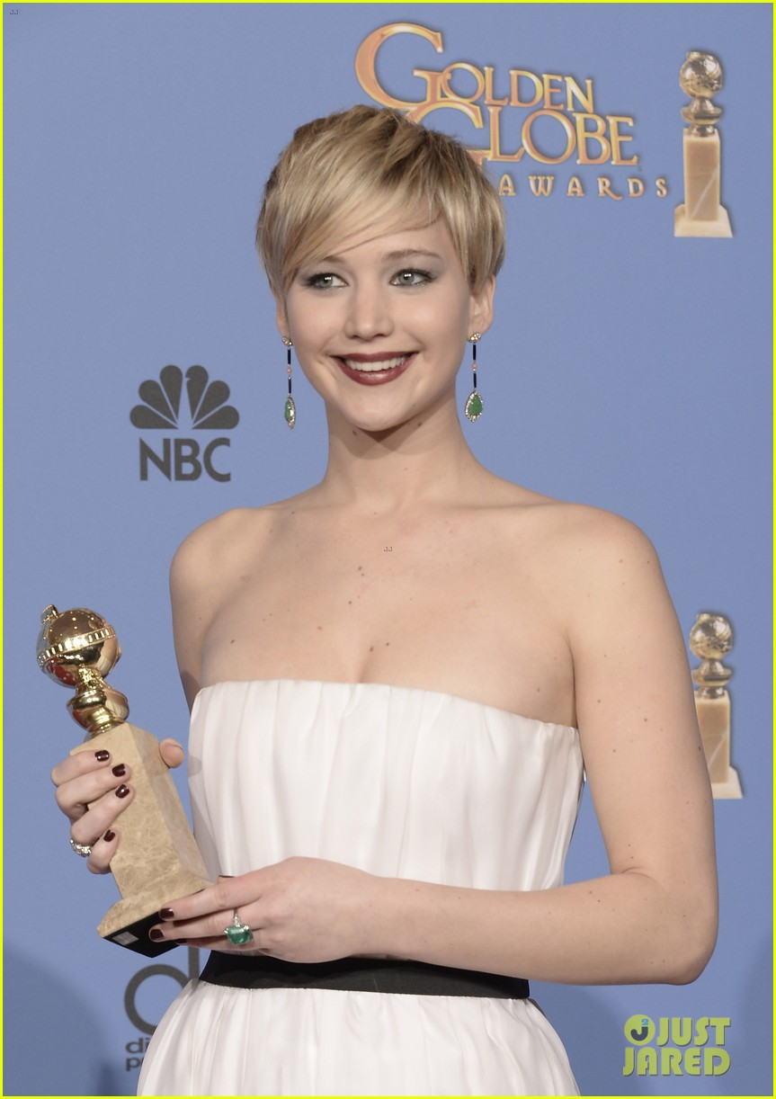 jennifer lawrence shows off golden globe in press room photos 043029420