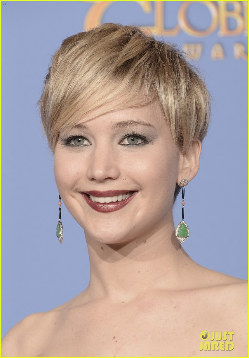 jennifer lawrence shows off golden globe in press room photos 073029423