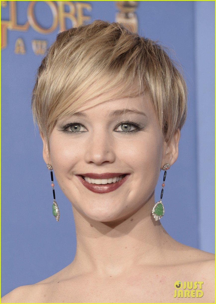 jennifer lawrence shows off golden globe in press room photos 12
