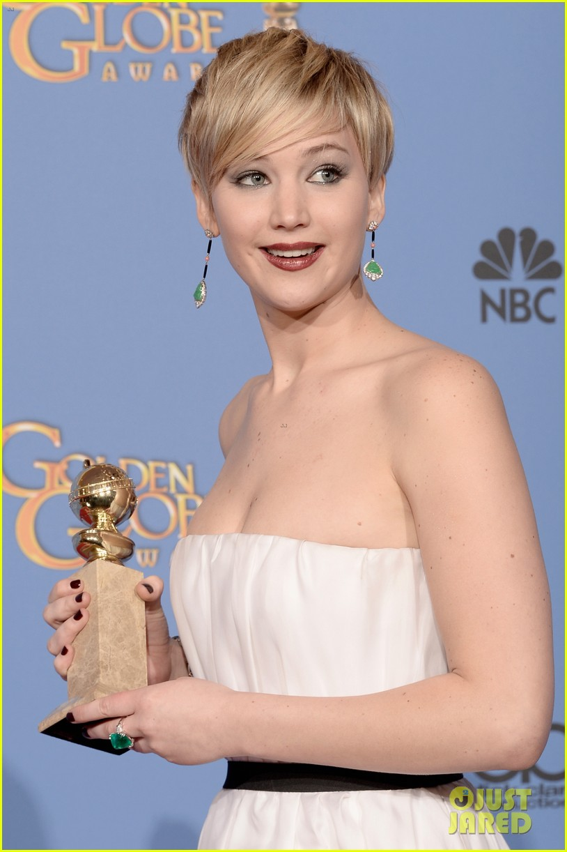 jennifer lawrence shows off golden globe in press room photos 17