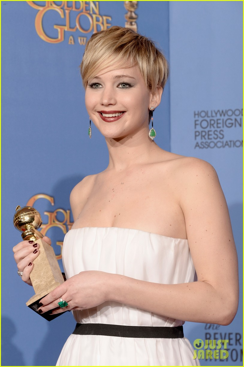 jennifer lawrence shows off golden globe in press room photos 21