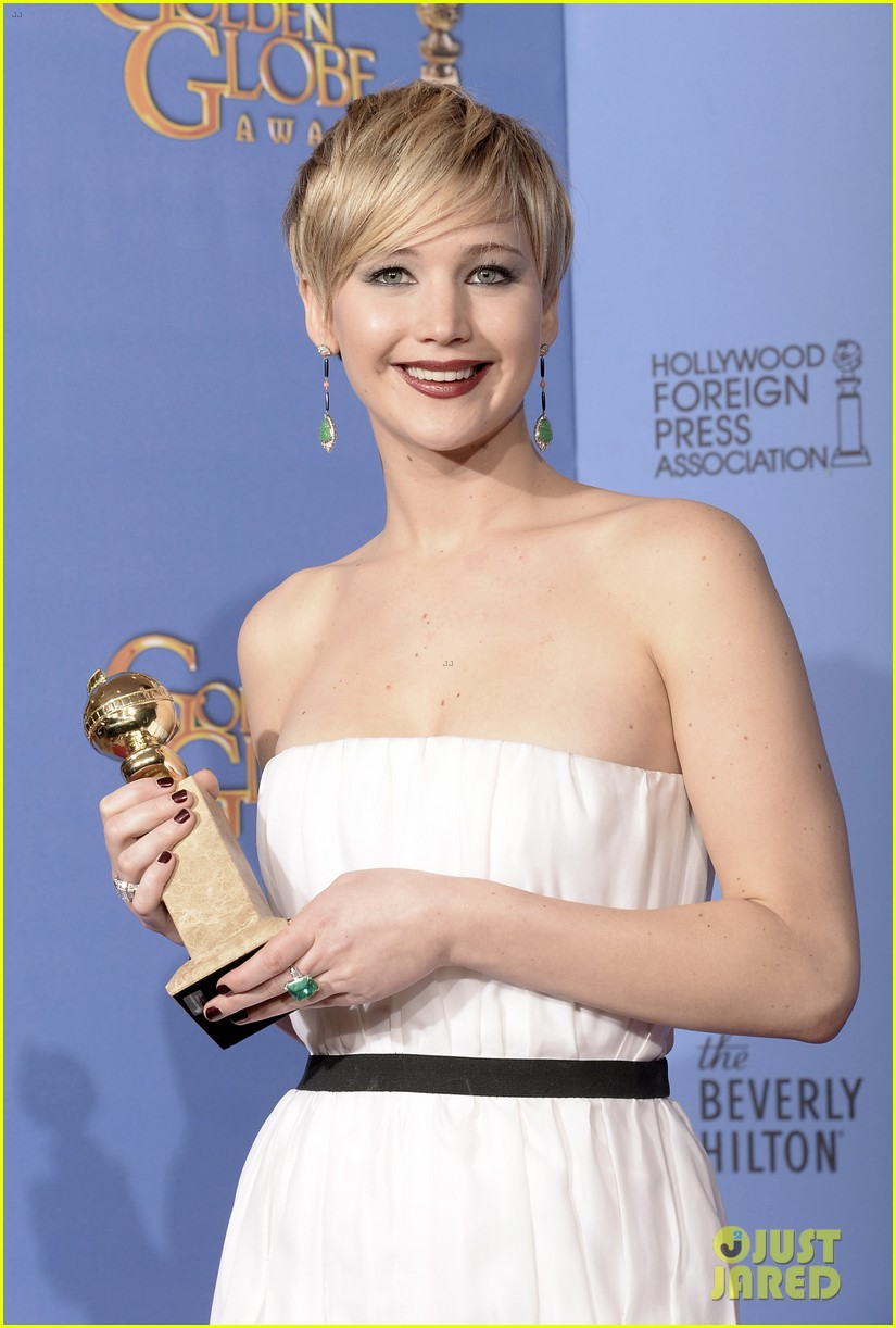 jennifer lawrence shows off golden globe in press room photos 223029438