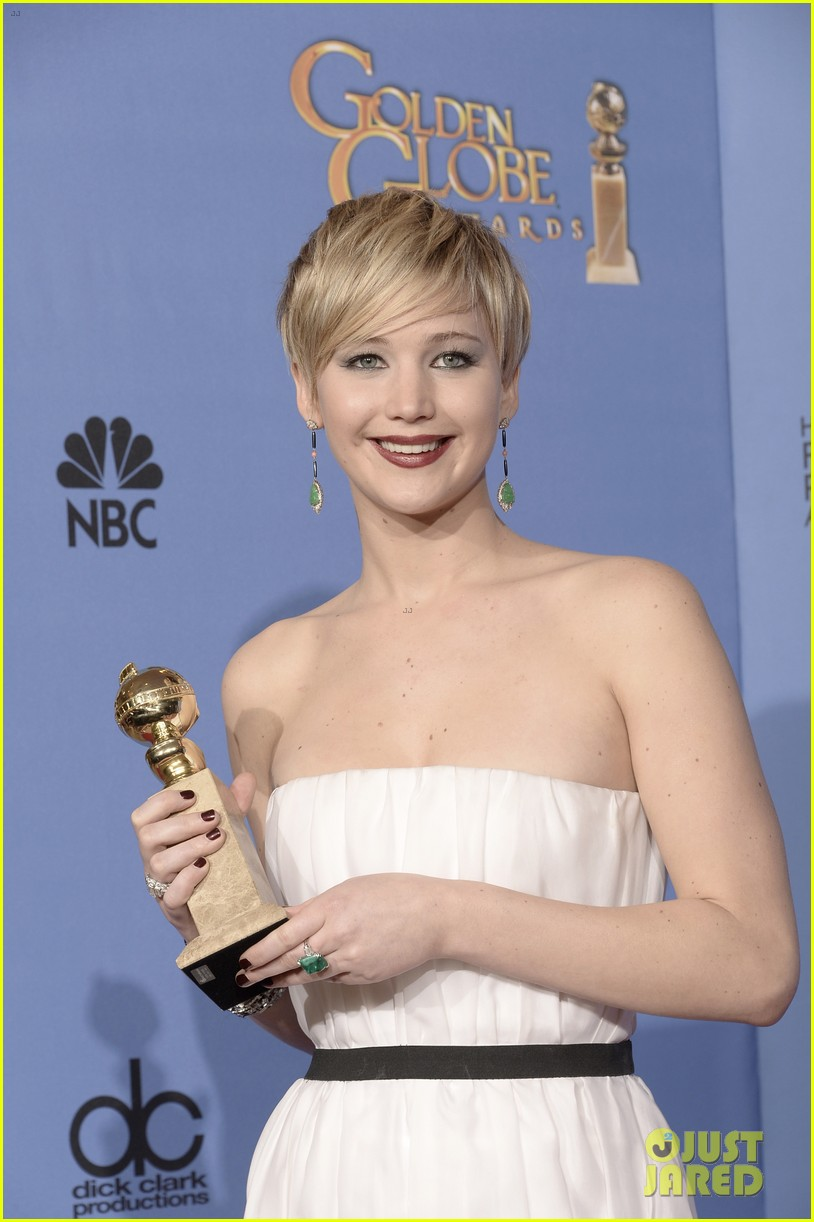 jennifer lawrence shows off golden globe in press room photos 243029440