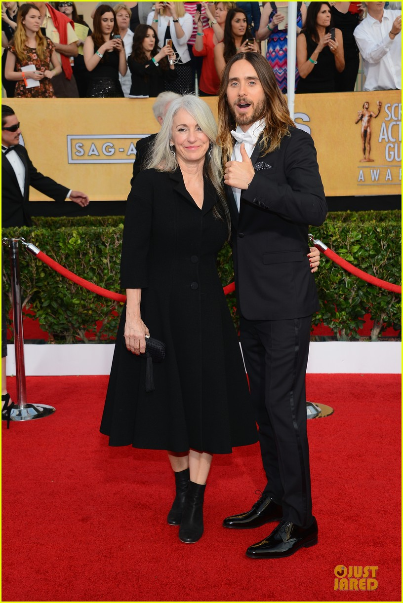 jared leto sag awards 2014 red carpet with mom constance 013034630