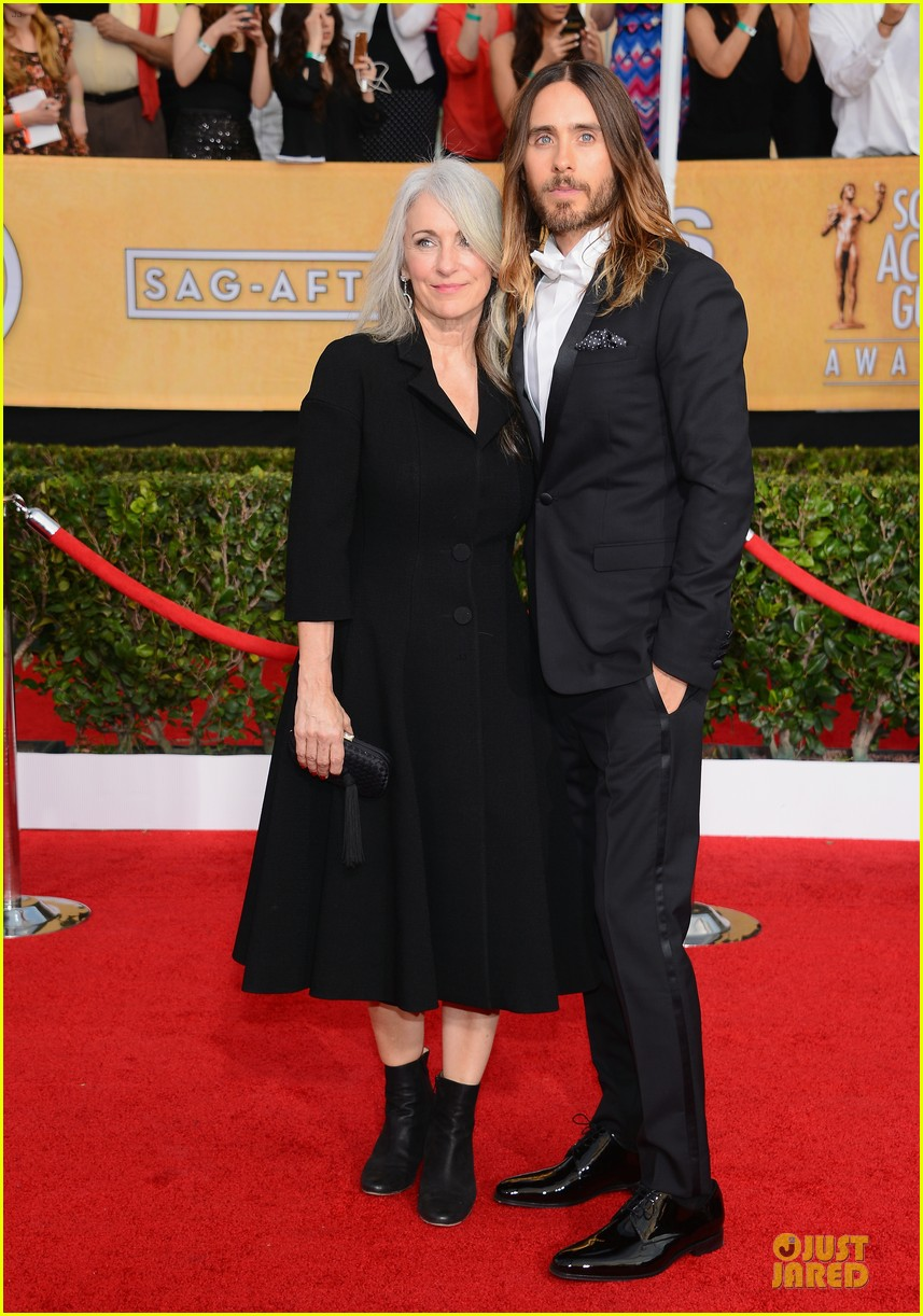 jared leto sag awards 2014 red carpet with mom constance 03