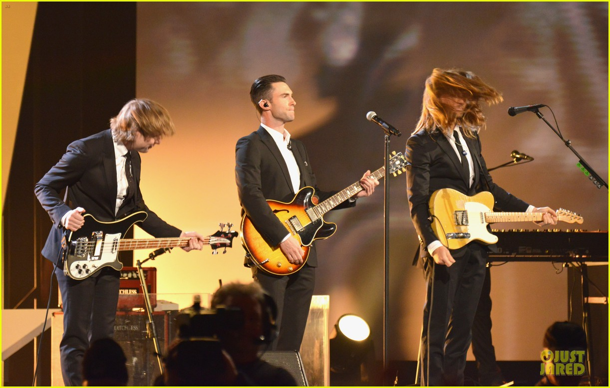 adam levine behati prinsloo backstage at beatles tribute 153042573