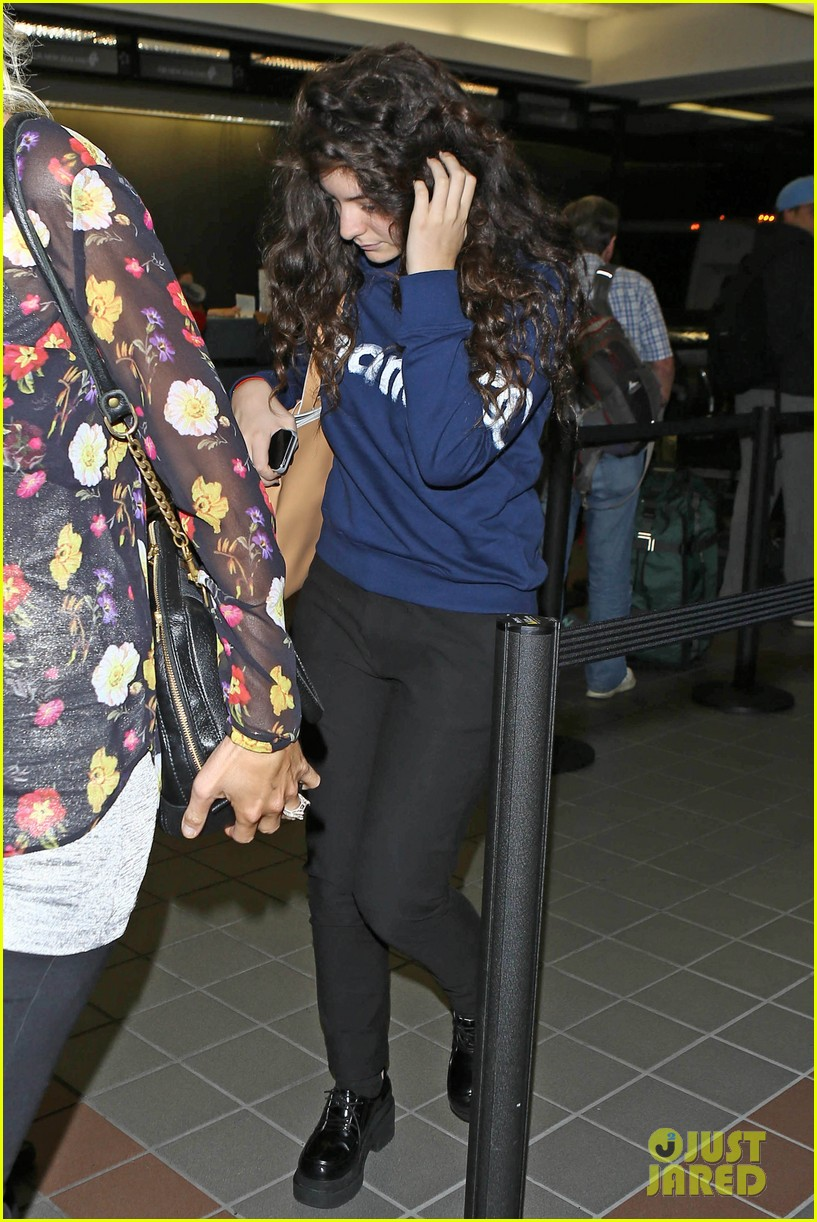 lorde leaves los angeles after big grammys night 073042801