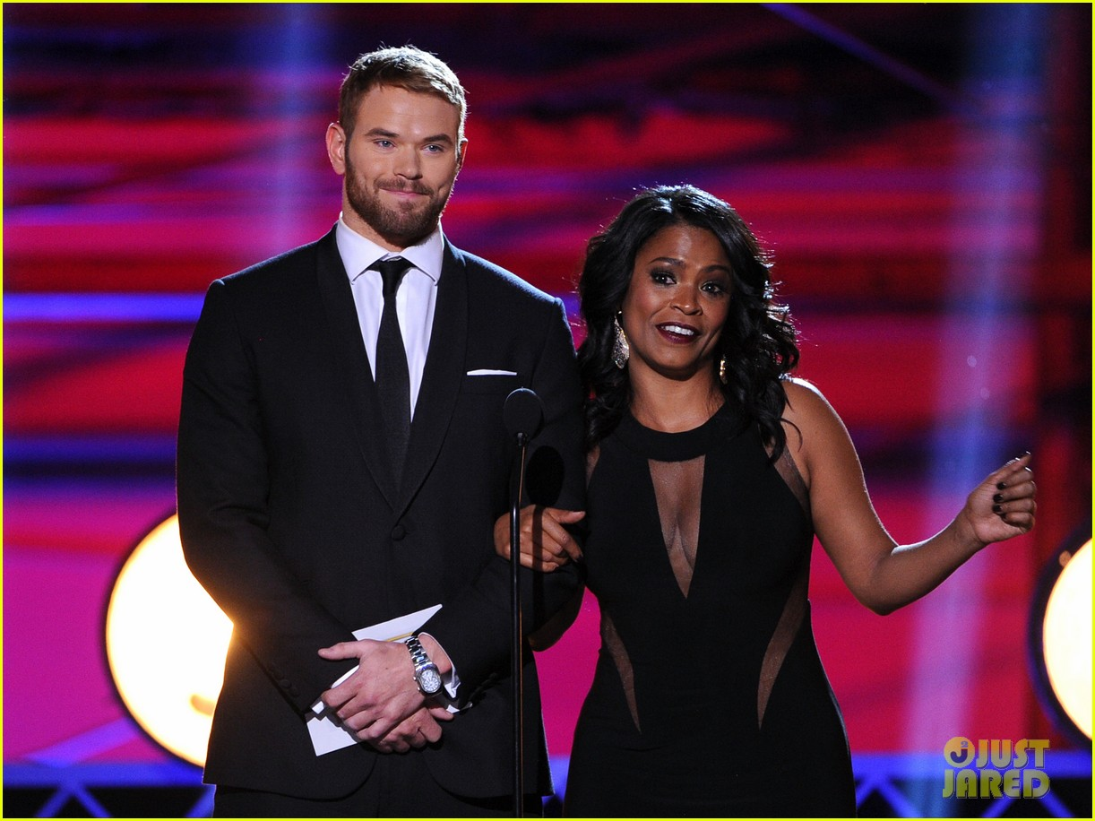 kellan lutz critics choice awards 2014 with nia long 073033113