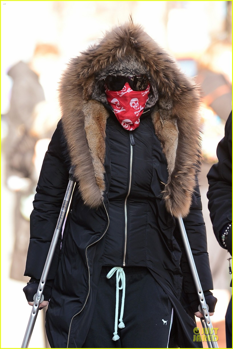 madonna steps out in crutches after grammy performing rumors 043033945