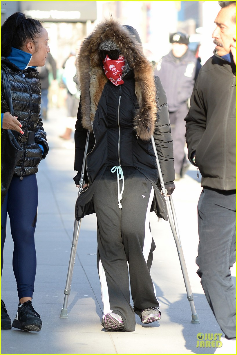 madonna steps out in crutches after grammy performing rumors 063033947