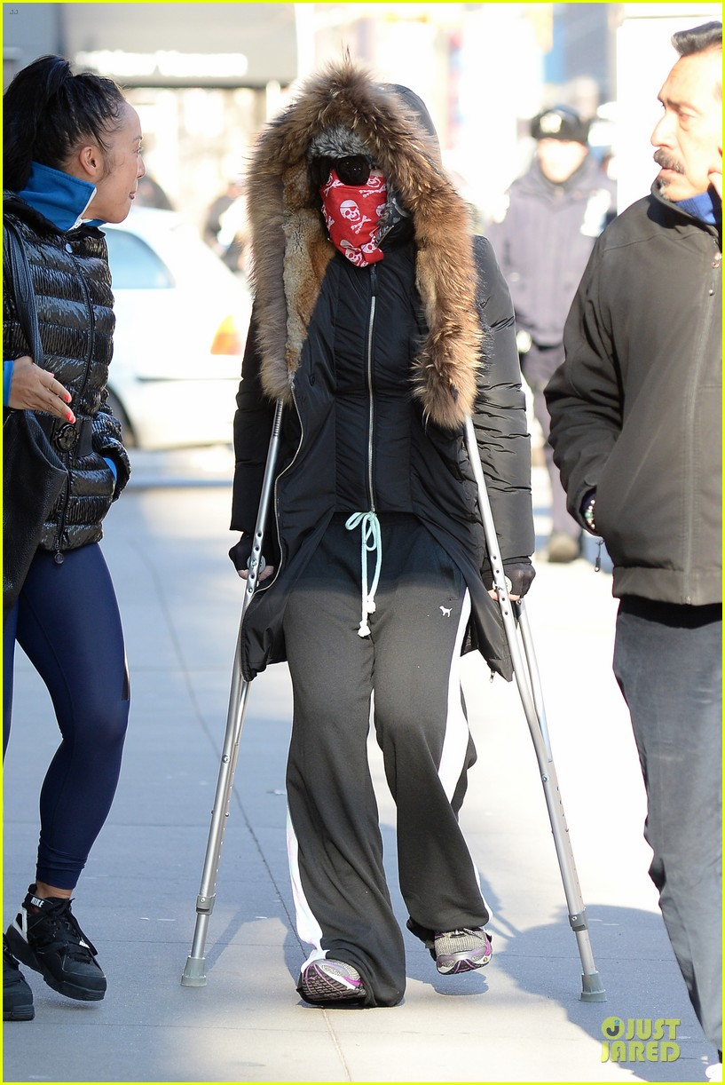 madonna steps out in crutches after grammy performing rumors 093033950