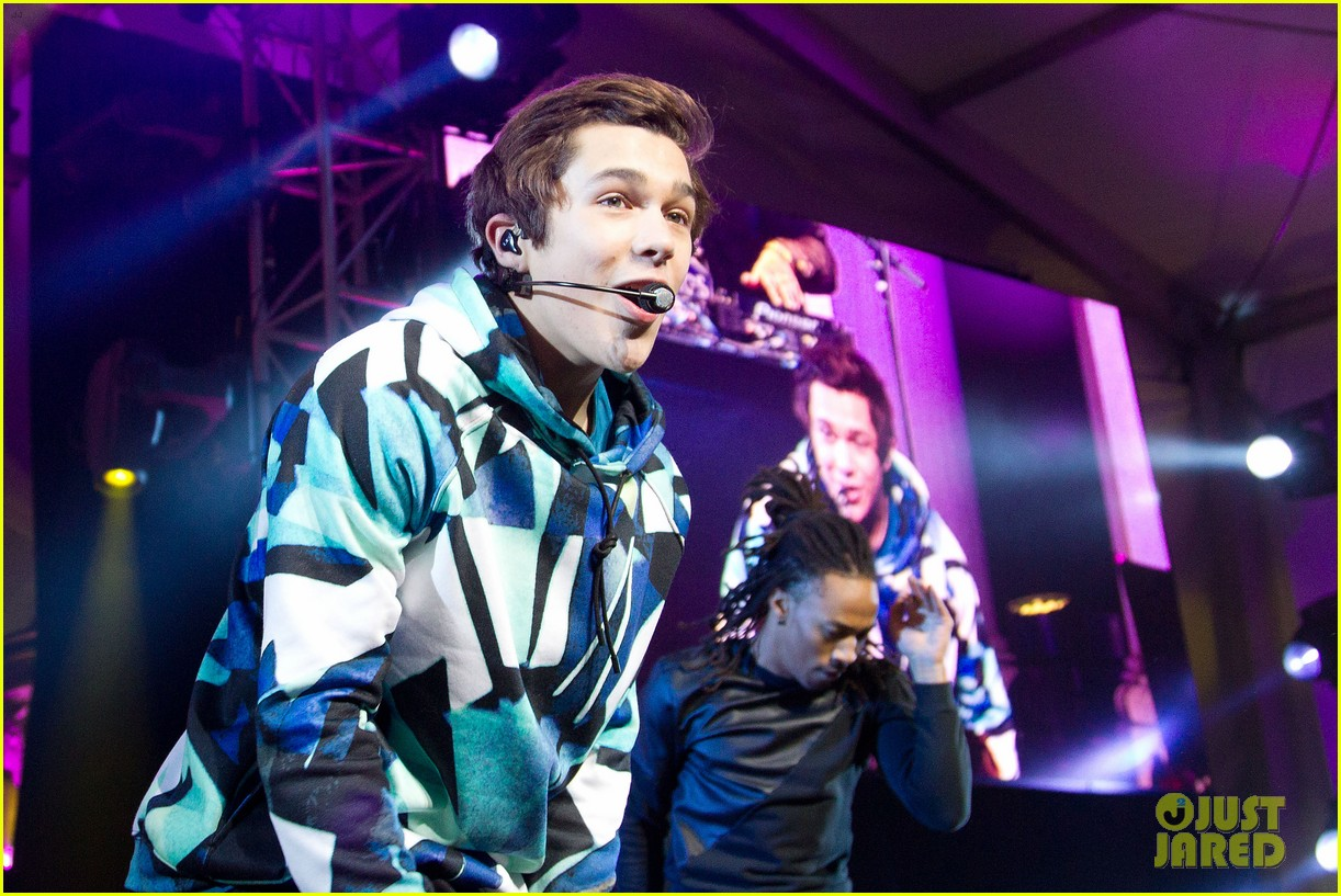 austin mahone gets support from kylie jenner at nyc concert 183043888