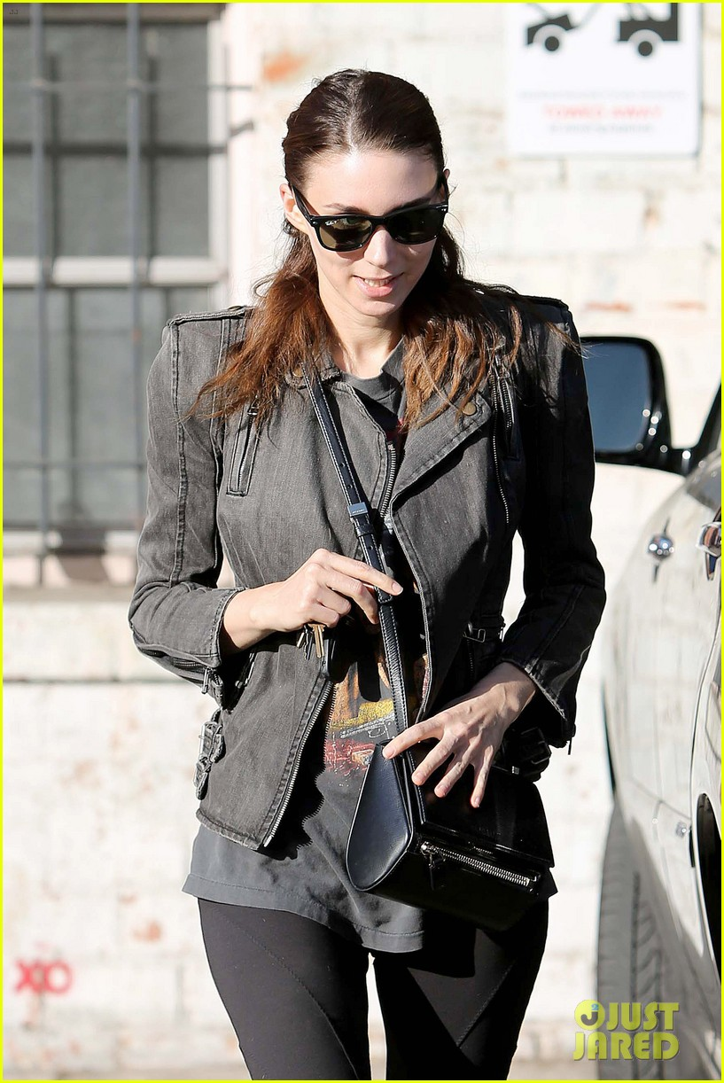 rooney mara steps out after engagement rumors surface 033040637