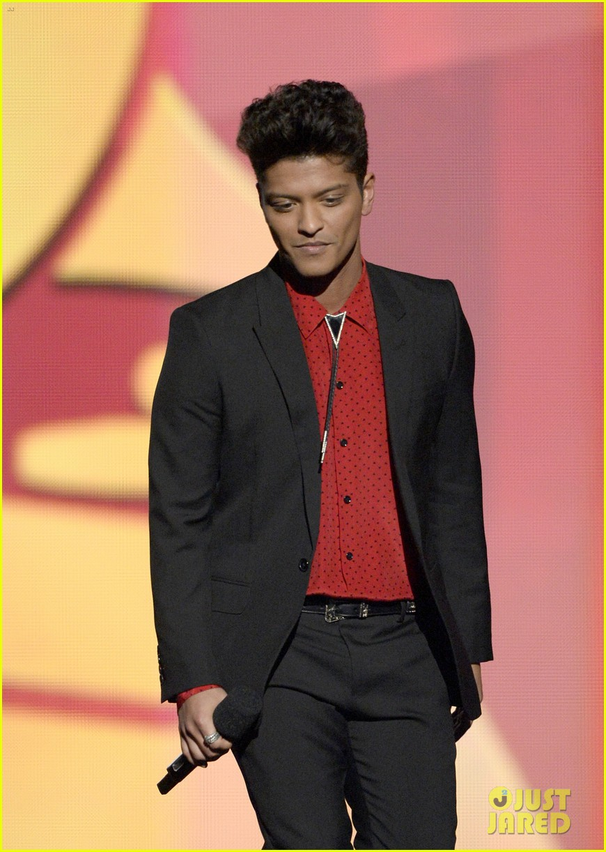 bruno mars thanks girlfriend jessica caban at grammys 2014 013041433