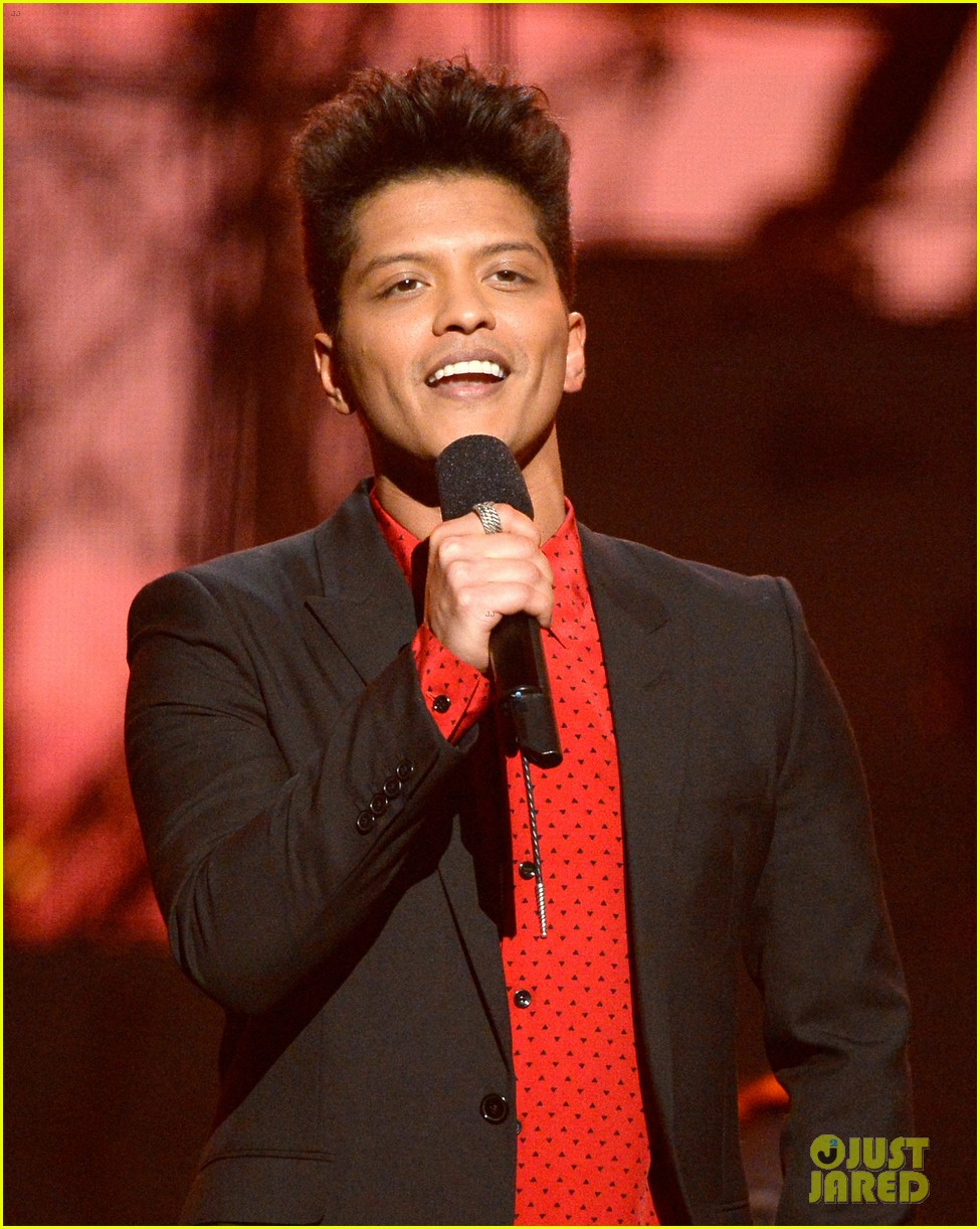 bruno mars thanks girlfriend jessica caban at grammys 2014 023041434