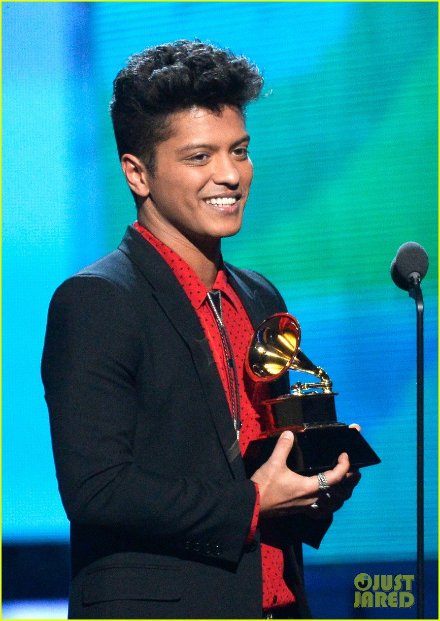 bruno mars thanks girlfriend jessica caban at grammys 2014 103041442