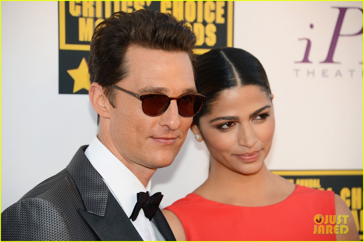 matthew mcconaughey critics choice awards 2014 with camila alves 04
