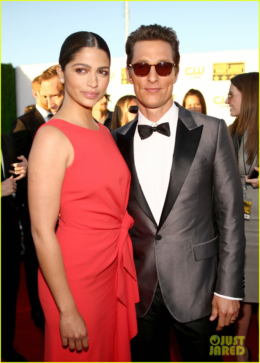 matthew mcconaughey critics choice awards 2014 with camila alves 053032977