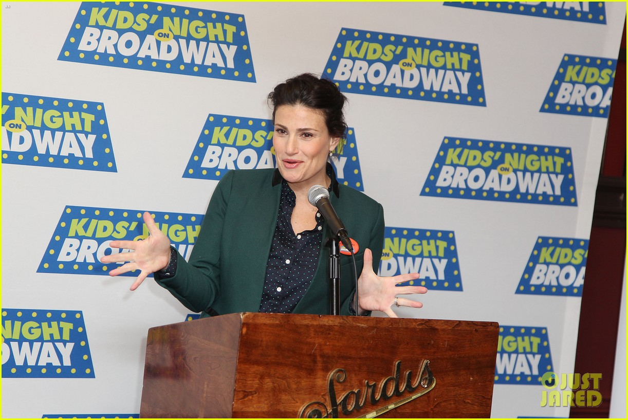 frozens idina menzel sings tomorrow at broadway event 073038711