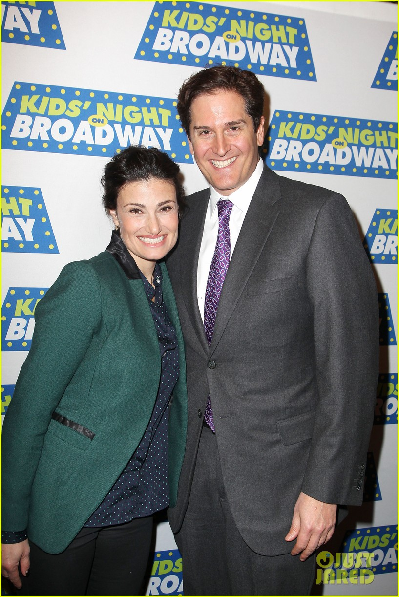 frozens idina menzel sings tomorrow at broadway event 083038712